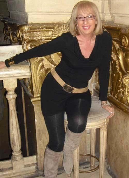 Femme cougar blonde élégante et chaude