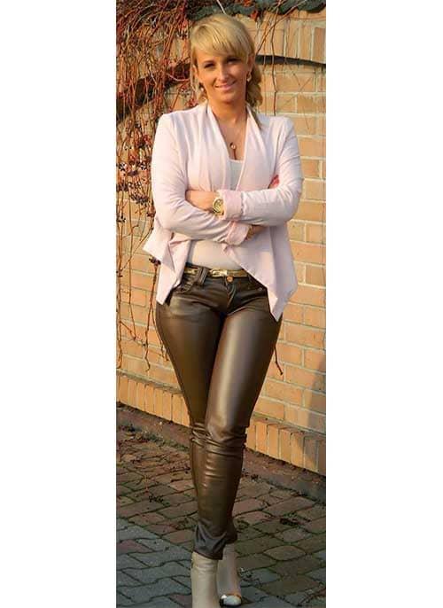 Femme de 40 ans élégante avec pantalon cuir